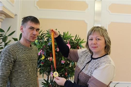 «Дерево новорожденных» пополнилось новыми игрушками в отделе ЗАГС Ядринского района