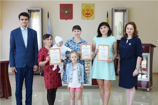 В Вурнарском районе многодетным семьям вручили сертификаты на земельные участки
