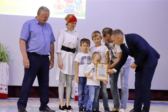 В Комсомольском районе в рамках празднования Международного дня защиты детей многодетным семьям вручили сертификаты на земельные участки