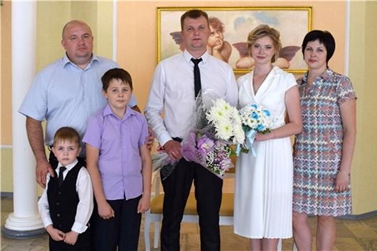 В День Республики в Алатыре 13 счастливых пар создали свои семьи