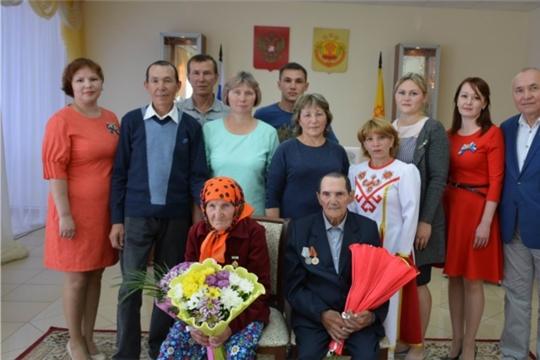 В отделе ЗАГС администрации Вурнарского района семью Петровых поздравили с 65-летием совместной жизни