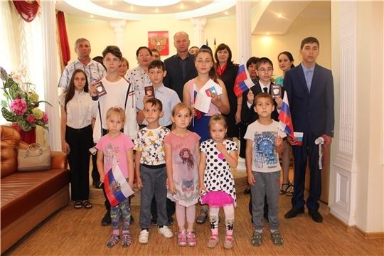 В День Государственного флага РФ состоялось торжественное мероприятие по вручению паспортов юным жителям Урмарского района