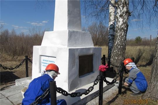 В Новочебоксарске продолжается работа по косметическому ремонту памятников павшим героям Великой Отечественной войны