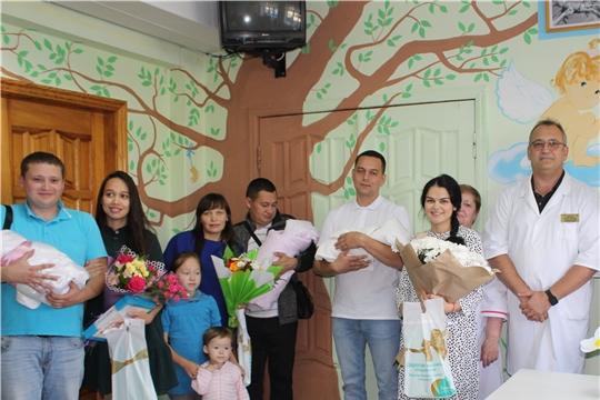 В перинатальном центре Новочебоксарска состоялась торжественная выписка новорожденных в рамках Дня семьи, любви и верности