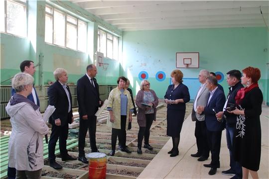 Депутаты Госсовета и глава администрации Новочебоксарска знакомились с ходом ремонта спортивного зала СОШ №12