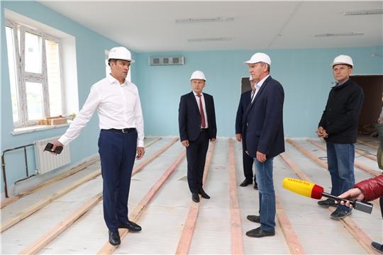 Глава республики в Комсомольском районе оценил ход строительства детского сада и капремонта в школе