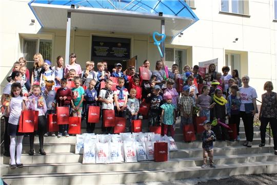 В преддверии Дня знаний дети из замещающих семей получили подарки от Фондов «Мир добра» и «Хевел»