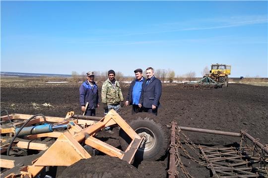 Глава администрации Шемуршинского района Владимир Денисов ознакомился с ходом весенних полевых работ