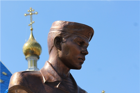 В селе Шемурше открыли памятник Герою России Олегу Долгову