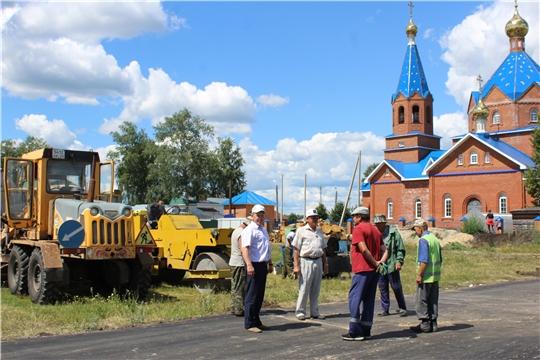 Глава администрации Шемуршинского района Владимир Денисов проинспектировал ход проведения ремонта дворовой территории