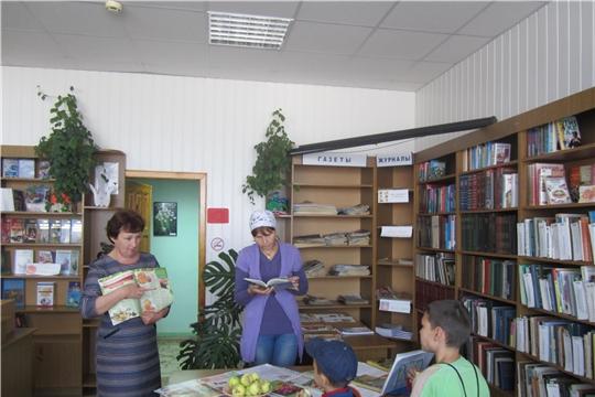 В библиотеке Шемуршинского района для читателей провели час духовности «Три спаса»