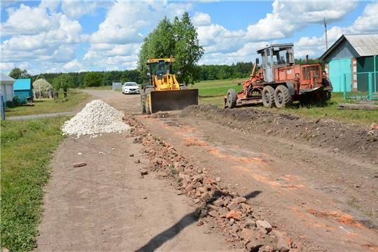 Проводятся работы в рамках летнего содержания дорог районного значения протяженностью 183,7 км