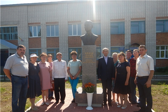 Возложение цветов к памятнику А.П. Айдак