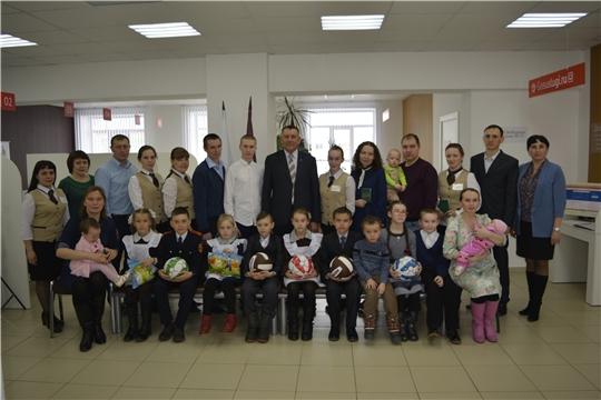В центре «Мои документы» Яльчикского района состоялось торжественное вручение удостоверений многодетным семьям