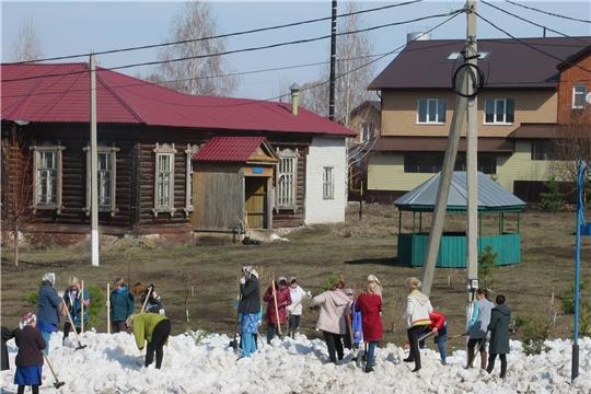 Сотрудники Яльчикской ЦРБ вышли на весенний субботник