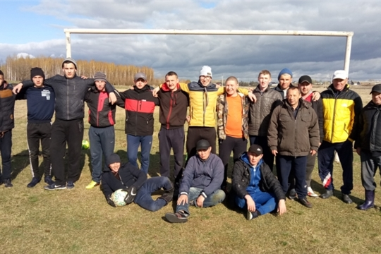Традиционный футбольный матч между ветеранами и молодежью в деревне Новое Тойдеряково