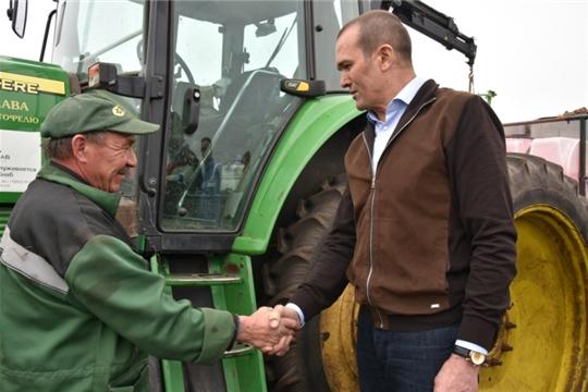 Глава Чувашии Михаил Игнатьев посетил ряд районов республики, где проинспектировал ход полевых работ