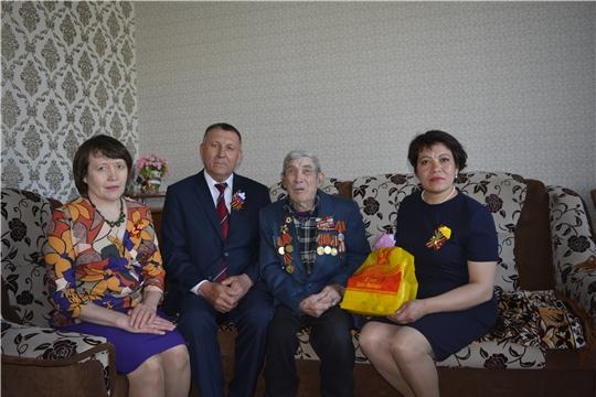 Глава администрации Яльчикского района Николай Миллин поздравил ветеранов с Днем Победы на дому