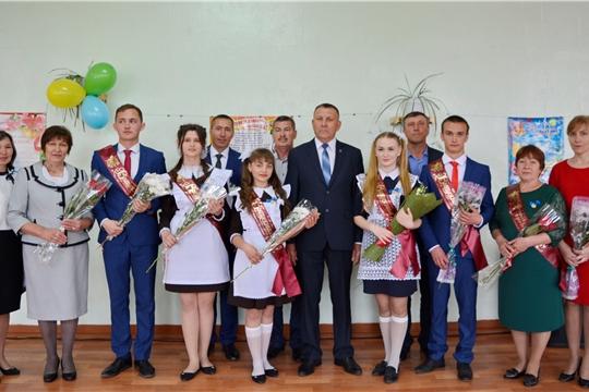 Глава администрации Яльчикского района Николай Миллин поздравил выпускников Большеяльчикской школы с праздником Последнего звонка
