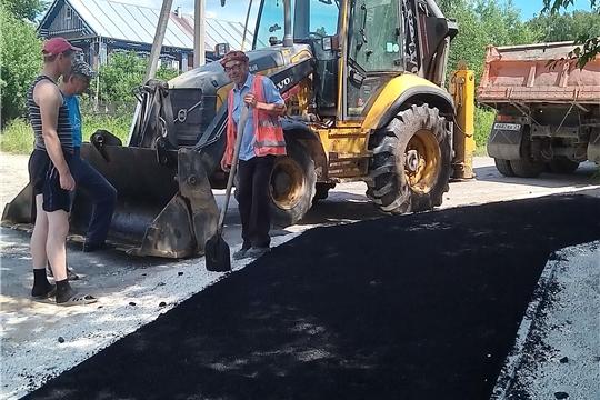 В селе Яльчики ведется ремонт дороги по улице Советская
