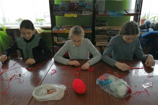 В Иваньково-Ленинской библиотеке прошло занятие с детским клубом «Страна рукоделия»