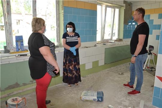 Глава администрации Алатырского района проинспектировала ход ремонтных работ дошкольной группы в поселке Алтышево