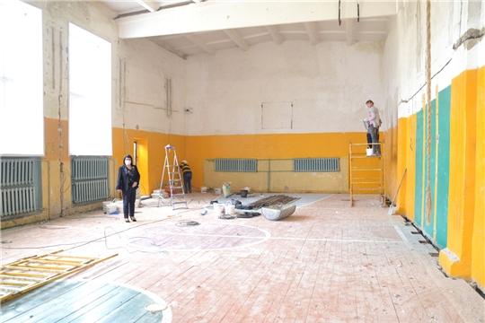 Глава администрации ознакомилась с капитальным ремонтом спортзала МБОУ «Алтышевская ООШ»