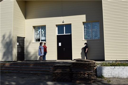 В Алатырском районе продолжаются ремонтные работы фасада Чуварлейского сельского Дома культуры
