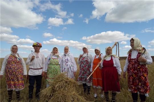 Фольклорный коллектив Тушкасинского сельского клуба воссоздал день уборочный страды в старину