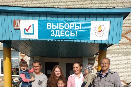 Пришла голосовать многодетная семья Семеновых