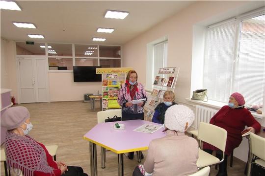 В Аликовской центральной библиотеке прошел литературный вечер со слушателями «Школы старшего поколения» на тему «Поэзия осени»