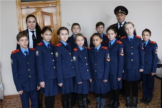 Кадеты Чувашско-Сорминской школы поздравили сотрудников полиции