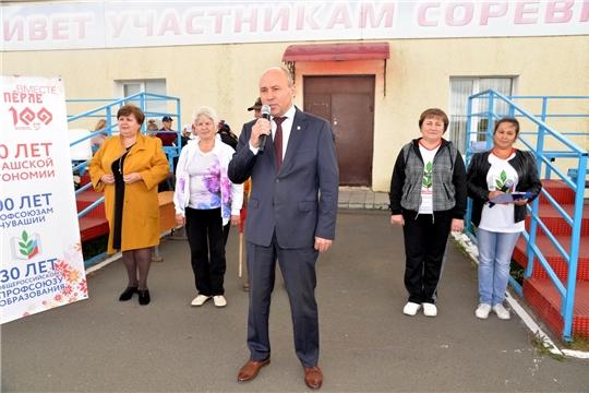 Р.Селиванов приветствовал участников легкоатлетической эстафеты, посвященной 100-летию со дня образования профсоюзов Чувашии