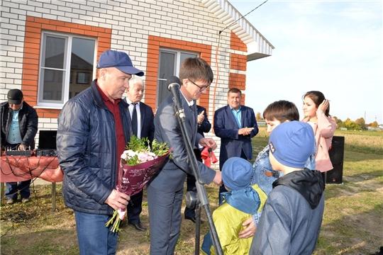 Детям- сиротам и многодетной семье вручены ключи от нового дома
