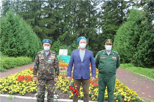В день 90-летия ВДВ в Чебоксарском районе состоялось возложение цветов