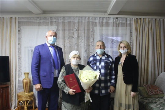 Глава администрации Чебоксарского района Николай Хорасев  поздравил с днем рождения мастера вышивки Марию Симакову