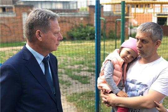 В рамках акции «Помоги учиться дома» Евгений Кадышев вручил семьям ноутбук и планшет