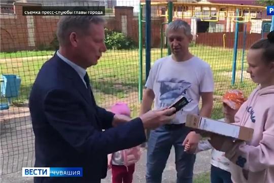 Глава Чебоксар Евгений Кадышев вручил двум семьям ноутбук и планшет