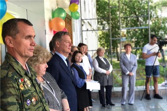 Глава города Евгений Кадышев вручил благодарственные письма ученикам столичных школ
