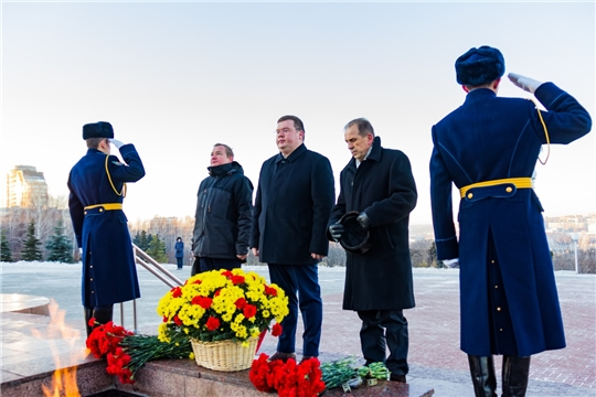 Глава города Чебоксары Олег Кортунов возложил цветы к Вечному огню