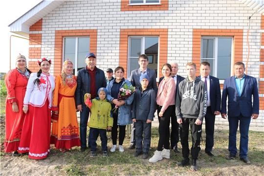 В Батыревском районе состоялось торжественное вручение ключей детям-сиротам и многодетной семье