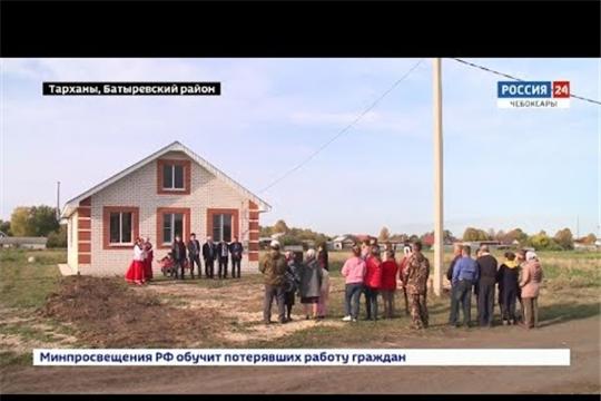 Для многодетной семьи из Батыревского района построили большой дом