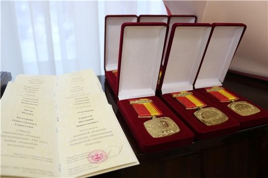 Министр Александр Героев вручил награды ветеранам строительной отрасли