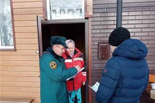 Огнеборцы Алатыря продолжают проводить в городе профилактические беседы среди населения