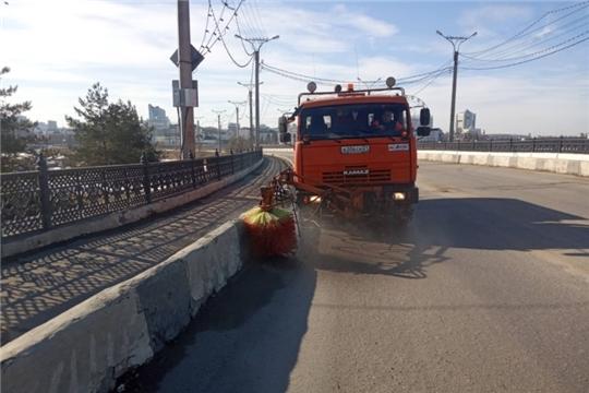В Чебоксарах моют и убирают дороги