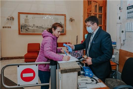 В Чебоксарах при входе в администрацию всем проверяют температуру, руки обрабатывают антисептиком