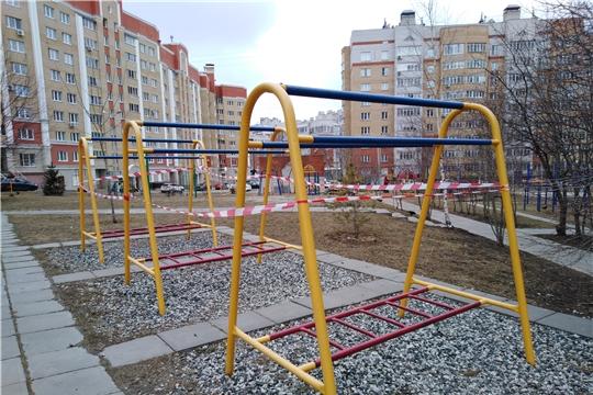 В жилом фонде проводится дезинфекция мест общего пользования и огорожены уличные игровые комплексы