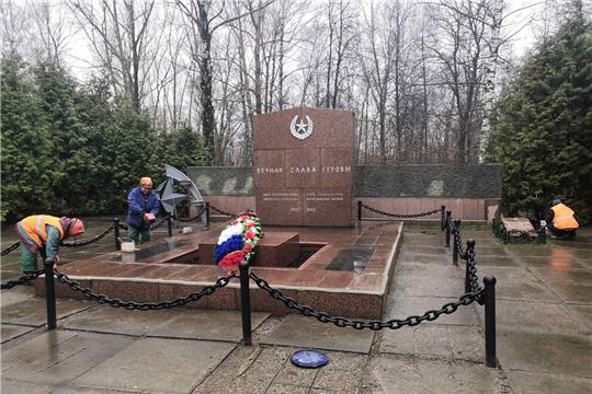 В Чебоксарах к 75-летию Победы наводят порядок у памятников и обелисков