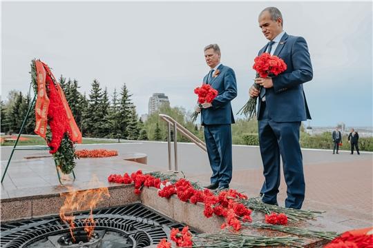 Глава города и глава администрации Чебоксар возложили цветы к Вечному огню у Монумента Славы