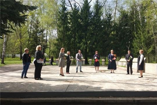 Год памяти и славы: сотрудники чебоксарского предприятия возложили цветы в сквере 40-летия Победы